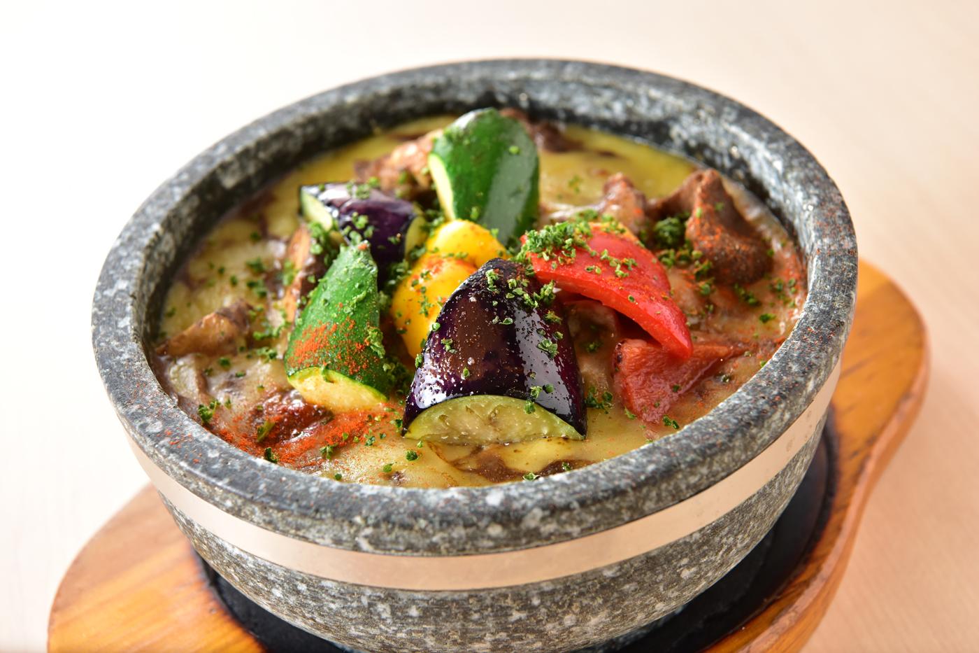 夏野菜の石焼チーズカレー<br />ミニサラダ・スープ・ドリンク付