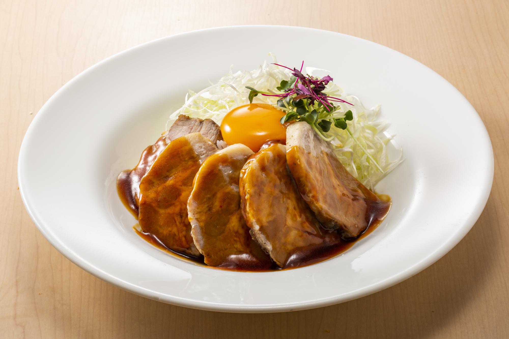厚切りローストポーク丼~和風ピリ辛ソース~<br />スープ・ドリンク付