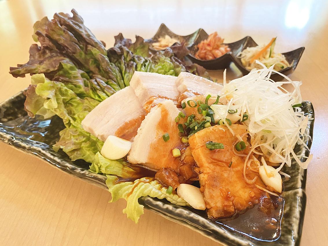【NEW】蒸し豚のニンニクピリ辛ソース<br />ご飯・味噌汁・ドリンク付